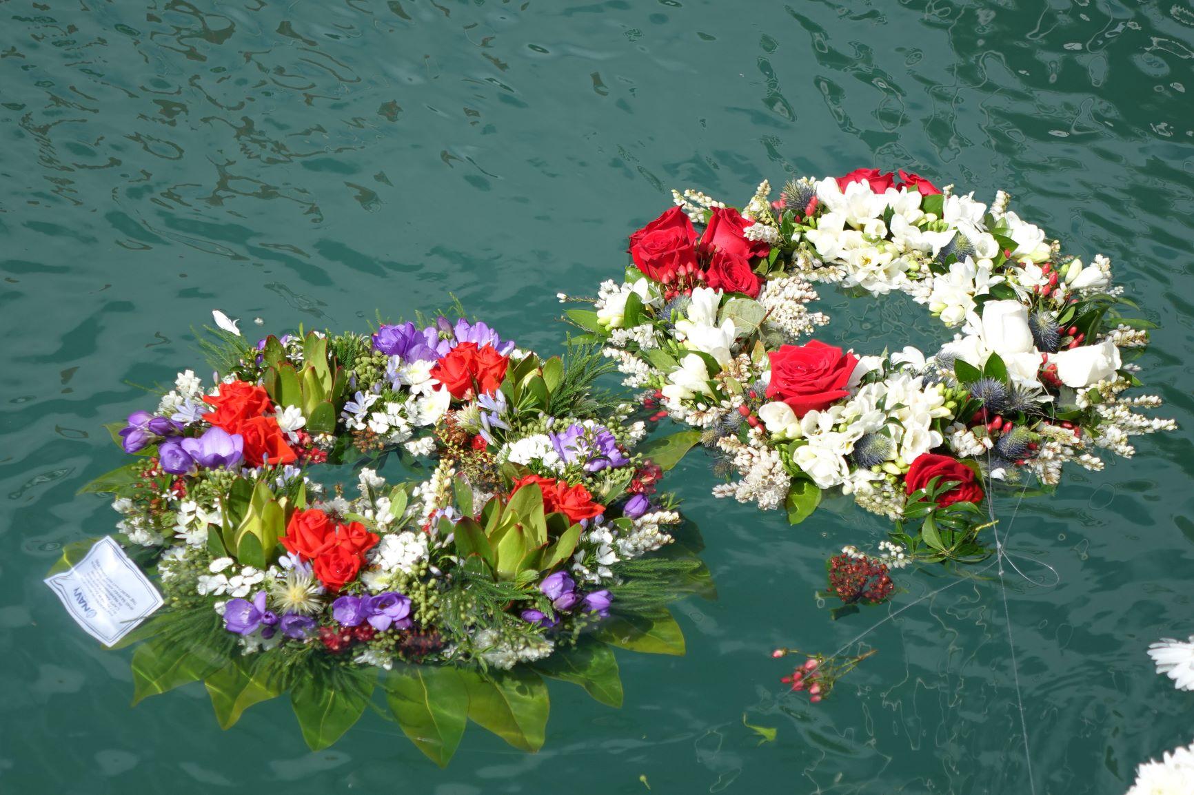 https://rfacdn.nz/maritime/assets/media/wreaths-in-water-1.jpg